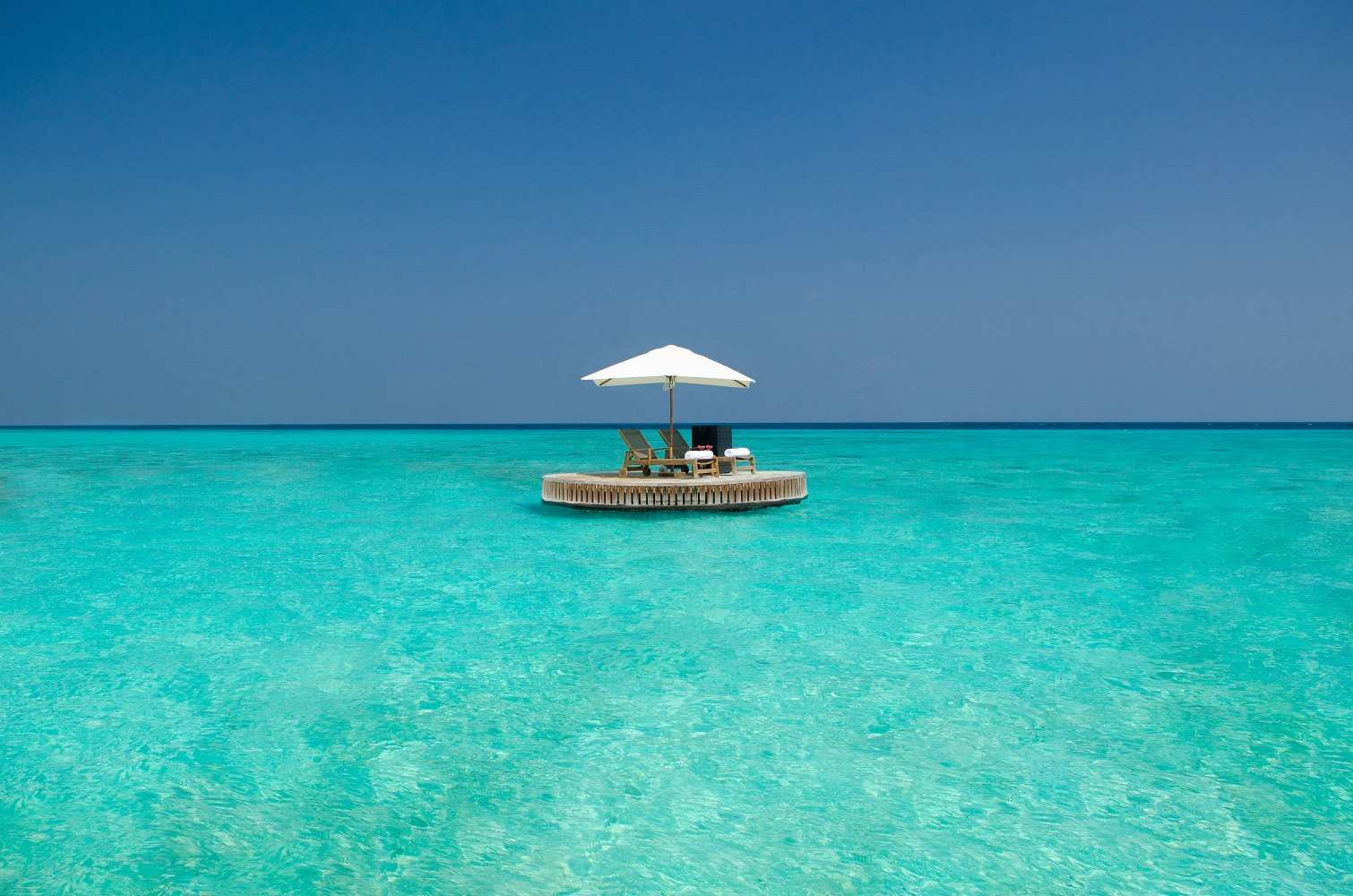 One & Only Reethi Rah 5*, Плавучая платформа